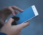 Россиянам порекомендовали отказаться от смартфонов с большими экранами
